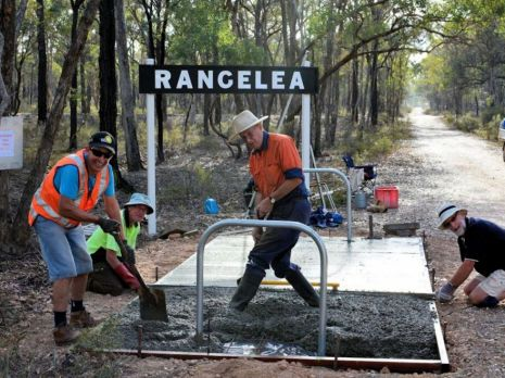 Friends of the Bendigo-Kilmore Rail Trail members in action! 8 January 2015. Photo: Les Lewis
